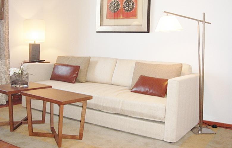 不用品回収業者は高い?古いソファーを処分する最適な方法