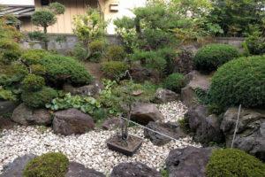 駐車場増設に伴い、庭木・庭石などを撤去いたしました!