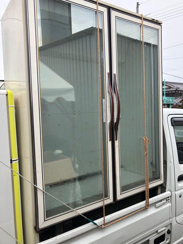 業務用大型冷蔵庫(縦2m以上、横幅約2m、奥行き約1.5m)。