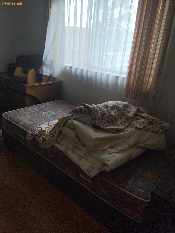 シングルベッド(マットレス付)、椅子(1人用)、学習机、布団・毛布(1枚あたり)×2